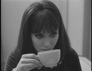 AnnaKarina-drinkingcafe-02